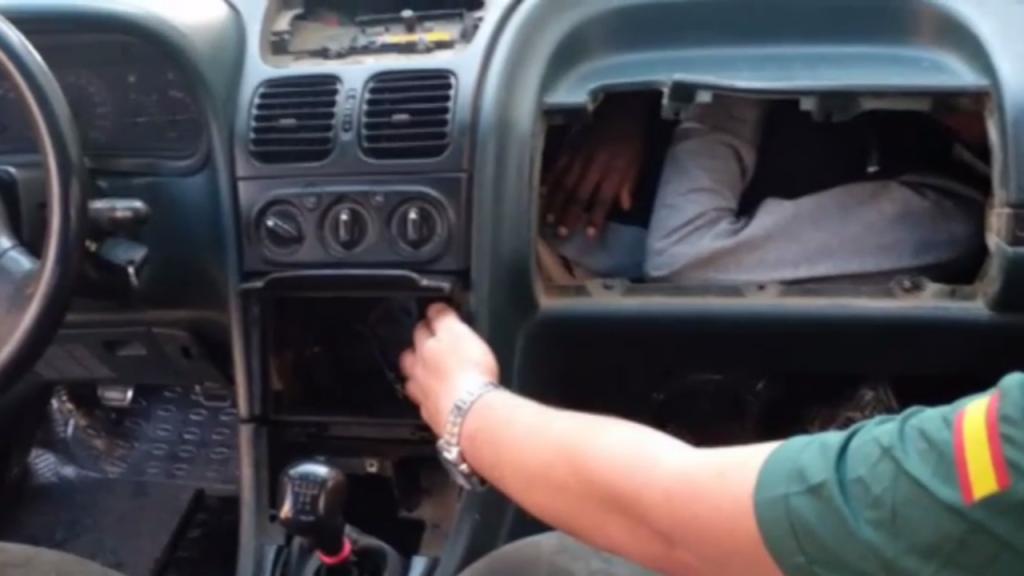 L'un des exilés retrouvé sous la boîte à gant d'un véhicule. Capture d'écran vidéo Guardia Civil.