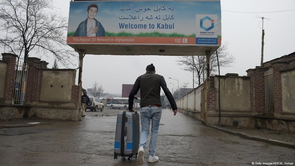 له آلمان څخه کابل ته رسيدلی يو اخراج شوی افغان مهاجر  - آرشيف