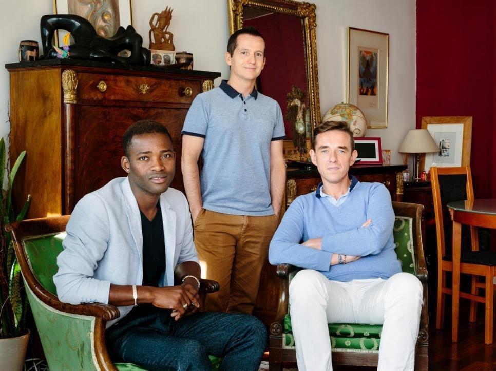 Ansa / كريستوف وأرماند يستضيفان اللاجئ المالي لويس (يسارا) في شقتهم في باريس. المصدر: المفوضية العليا للاجئين/ أوبري واد.