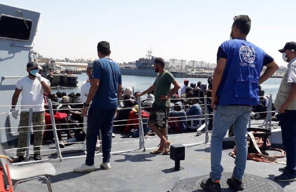 فريق من منظمة الهجرة الدولية عند نقطة إنزال المهاجرين الـ83 قبيل أخذهم إلى مركز احتجاز في مدينة الخمس شرقي العاصمة طرابلس، الأحد 12 تموز\يوليو 2020. الصورة من حساب المنظمة الأممية على تويتر @IOM_Libya