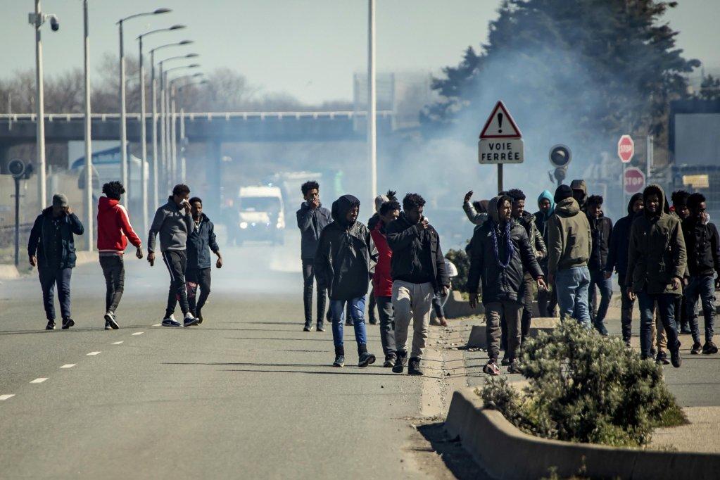 Un groupe d'exilés à Calais, en mars 2020. Image d'illustration. Crédit : EPA