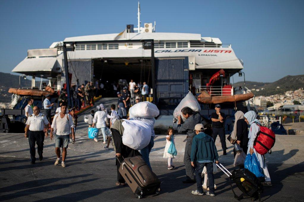 Plus de 600 migrants ont été transférés de l'île de Lesbos vers le continent grec, lundi 2 septembre 2019. Crédit : Reuters