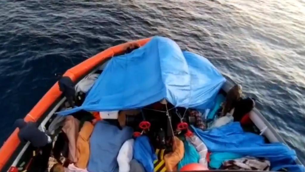 """363  مهاجرا على متن """"أوبن آرمز"""" تمكنوا من النزول في ميناء بوزالو الإيطالي. الصورة: @openarms_fund، تويتر"""