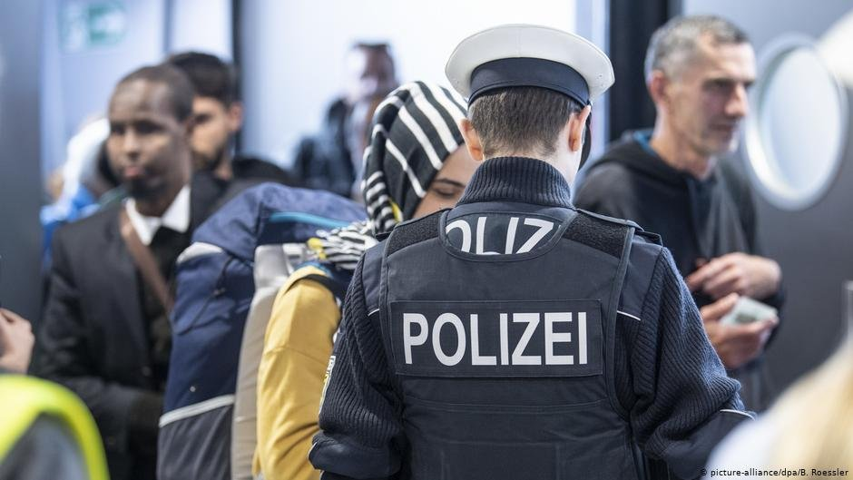 Deportation procedures involve the enlisting of dozens of additional security forces, making them challenging to coordinate |  Photo: picture-alliance/dpa/B. Roessler