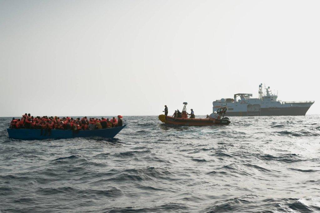 Le Geo Barents a porté secours, samedi 23 octobre 2021, à 100 personnes en détresse à bord d'un bateau en bois en Méditerranée. Crédit : MSF