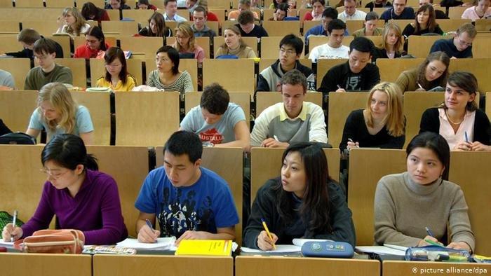 ألمانيا تسمح فقط بدخول الطلبة الأجانب الملزمين بالحضور في جامعاتهم. (الصورة لطلبة أجانب في جامعة كيمنتس التقنية)