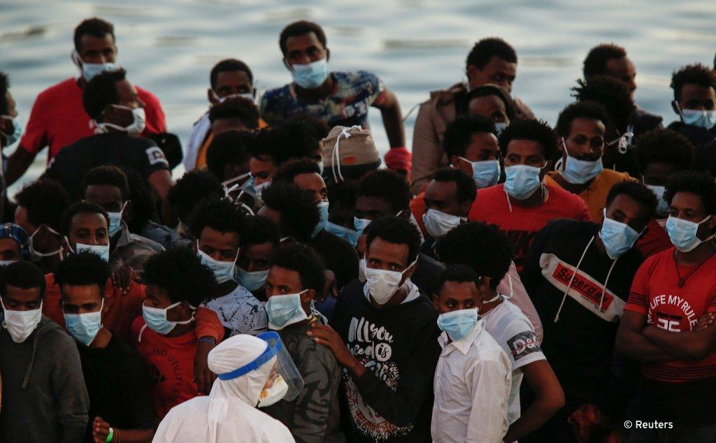 ۲۰۲۰، د جولای ۲۷مه: مدیترانه کې ژغورل شوي مهاجر مالتا کې د کوزېدو پر مهال. کرېډېت: رویترز