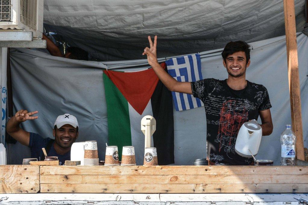 ANSA / مهاجران يبيعان القهوة في مركز تحديد الهوية في موريا بجزيرة ليسبوس. المصدر: إي بي إيه/ بانايوتيس.