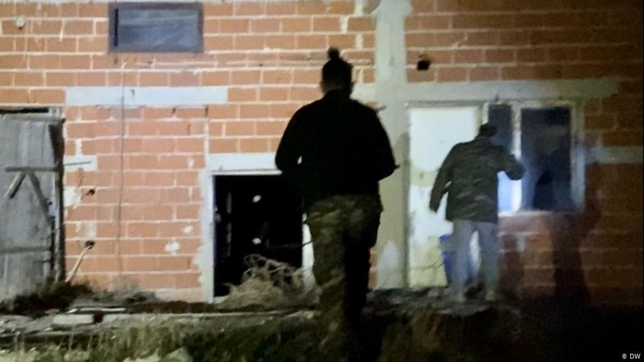 Members of the National Guard in front of a vacant house | Photo: DW