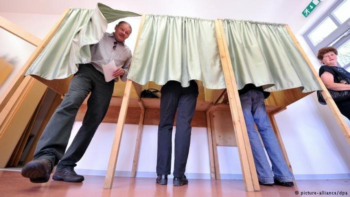 Symbolbild Bundestagswahl 2013 Wahlkabine (picture-alliance/dpa)