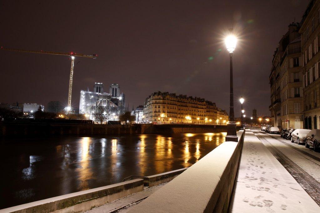 پاریس کې په دې وروستیو کې واوره وریدلې چې له امله يي هوا ډیره سړه شوې. انځور: رویټرز