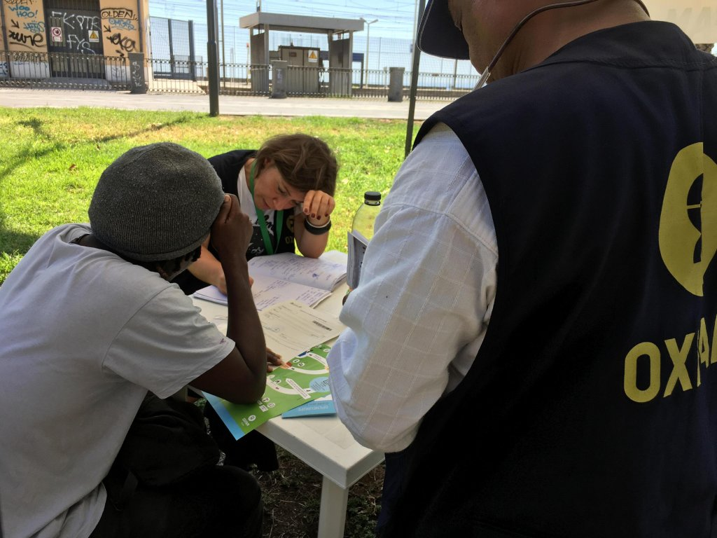 Oxfam operators providing help to a migrant upon his arrival in Italy | Photo: Archive/Oxfam press office