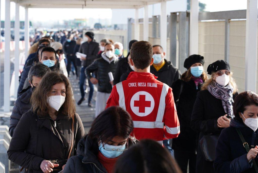 بدء التطعيم بلقاح أسترازينيكا المضاد لكوفيد - 19 في مطار فيوميتشينو بروما. المصدر: أنسا.