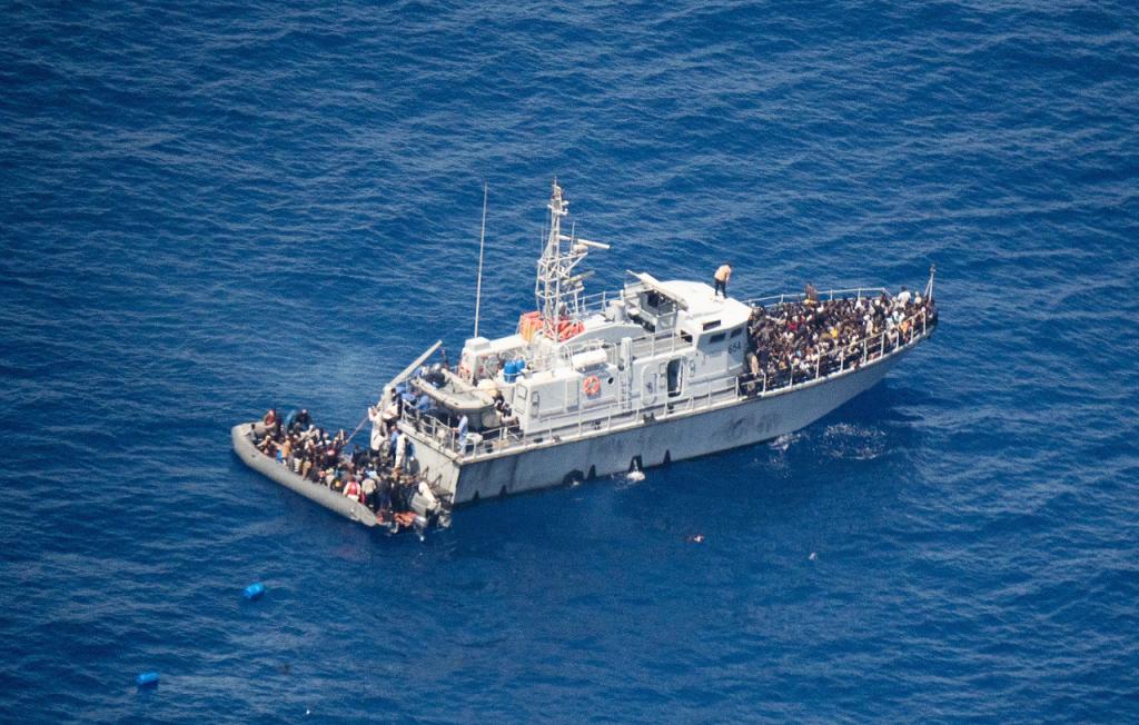 Une vedette des garde-côtes libyens en mer Méditerranée. Crédit : compte Twitter des garde-côtes libyens