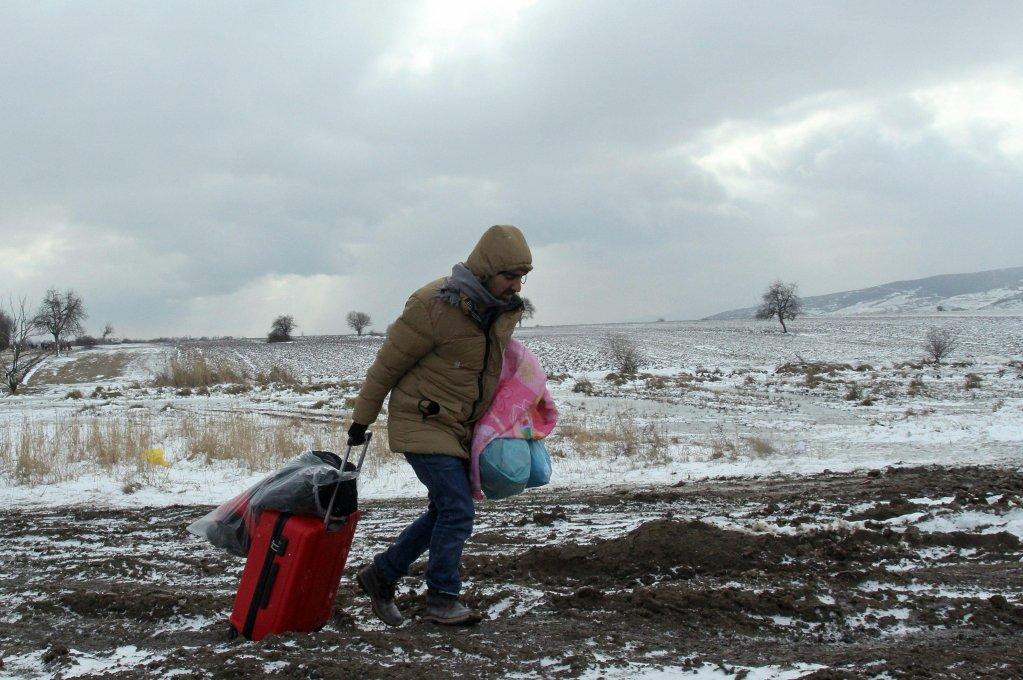 ANSA / مهاجر سوري يجر حقيبة أثناء سيره في الطقس القارس في ممر البلقان. المصدر: أنسا.