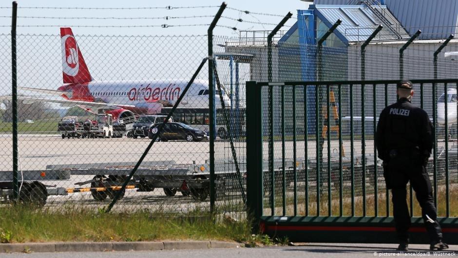 Rostock airport, 2016. German police prepare to deport 50 rejected asylum seekers   Photo: Bernd Wüstneck/dpa