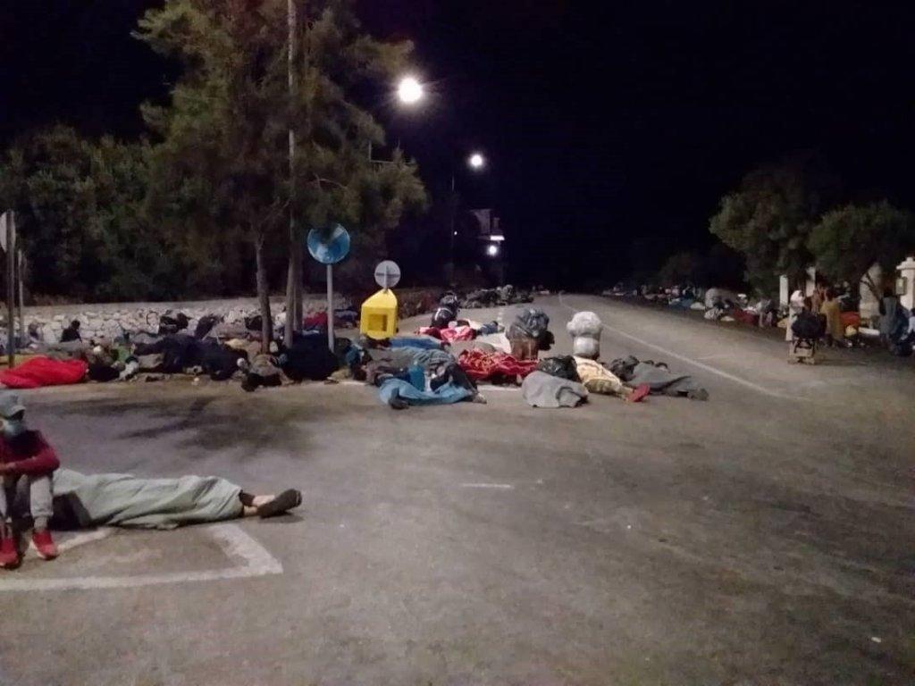 بعد از آتش سوزی سه شنبه شب گذشته در کمپ موریا، هزاران پناهجو برای سومین  بار، شب را در جادهها و مناطق مختلف نزدیک به کمپ گذراندند.  DR