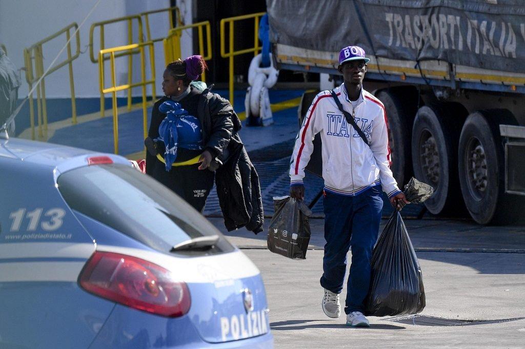 Des migrants à leur arrivée au port de Naples, après leur transfert depuis Cagliari, au sud de la Sardaigne, le 21 février 2017. Crédit : ANSA