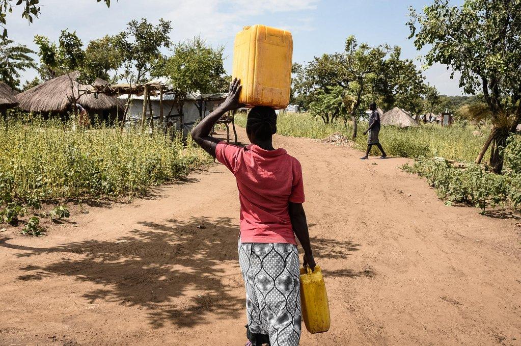 AFP/Isaac Kasamani |Une réfugiée sud-soudanaise transporte de l'eau dans le camp de Bidibidi, dans la région de Yumbe, en Ouganda. (Image d'illustration)