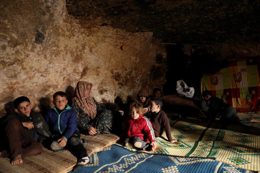 ANSA / نازحون ينتظرون وهم جالسون في ملجأ تحت الأرض بقرية طالتونا السورية. المصدر: إي بي إيه / يحيى نعمة.