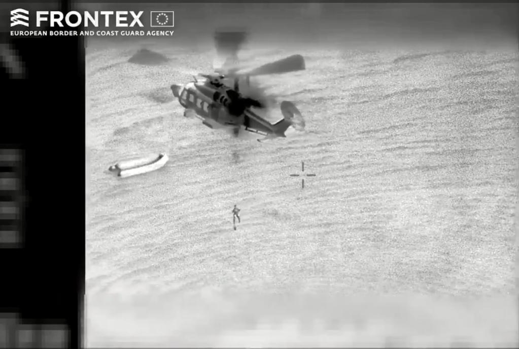 """صورة ملتقطة من فيديو نشرته وكالة """"فرونتكس"""" لعملية إنقاذ في المتوسط"""