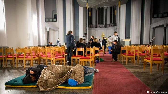 لاجئون في داخل كنيسة بألمانيا