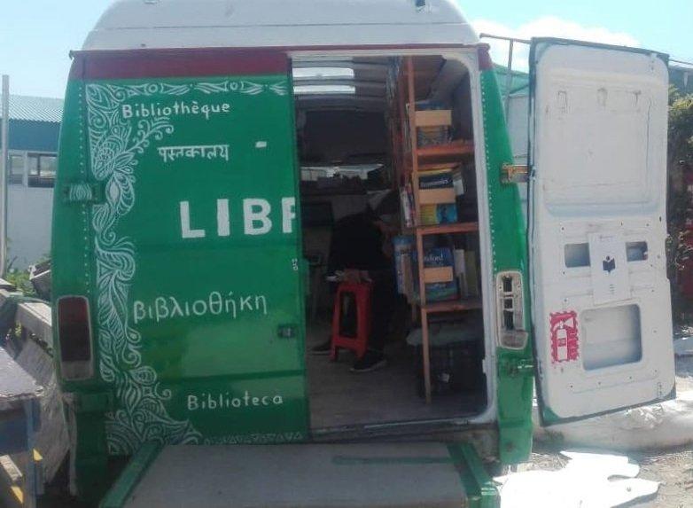 کتبخانه سیار کمپ موریا در جزیره لیسبوس یونان. عکس از محمد رضایی/ مهاجر نیوز