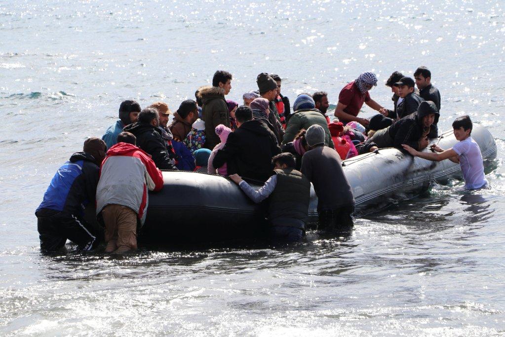 یک قایق  مهاجران در حال حرکت از منطقه ساحلی ایواچیک در ترکیه به سوی جزیره لیبسوس در یونان،  ٢٨ فبروری ٢٠٢٠. عکس از رویترز
