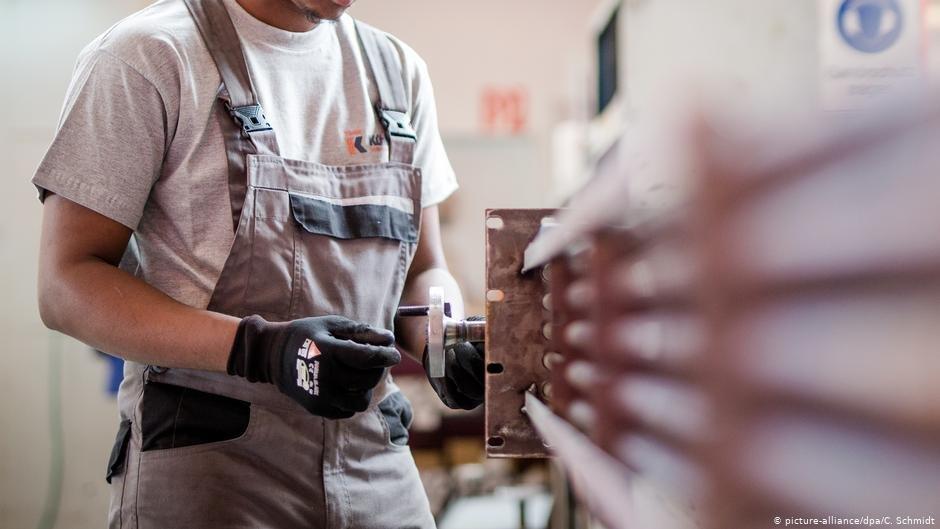 به گفته یک کارشناس آلمانی، در حال حاضر تقریبا ۳۶ درصد از آوارگان بین ۱۵ تا ۶۴ ساله یعنی ۳۸۰ هزار تا ۴۰۰ هزار تن کار پیدا کرده اند.