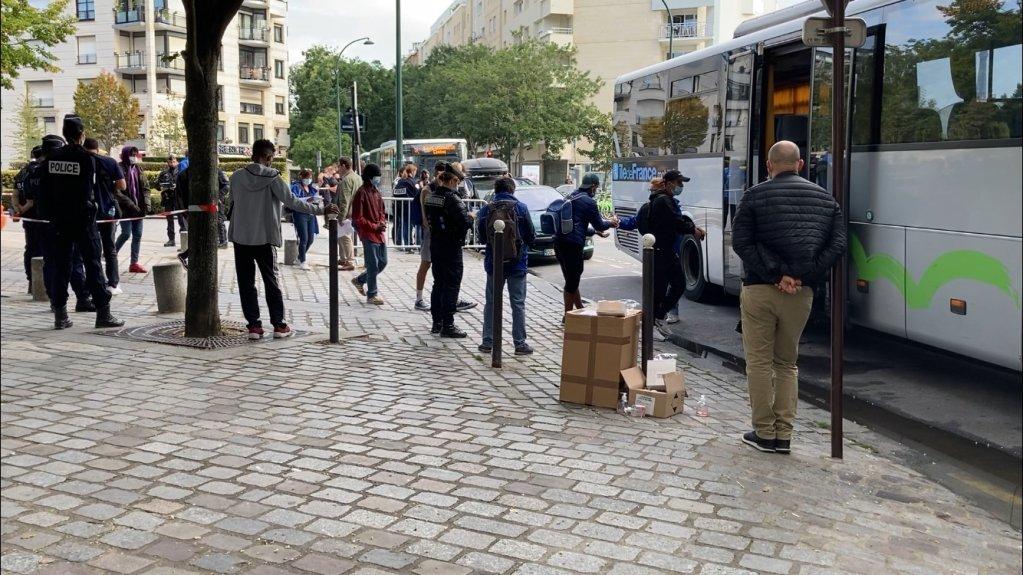 """وفقا لمنظمات فرنسية غير حكومية، احتجزت السلطات 11 مهاجرا أثناء إخلاء الاعتصام قبالة مبنى محافظة باريس، وحولتهم إلى مركز الاعتقال الإداري تمهيدا لترحيلهم. الصورة"""" يوتوبيا 56"""