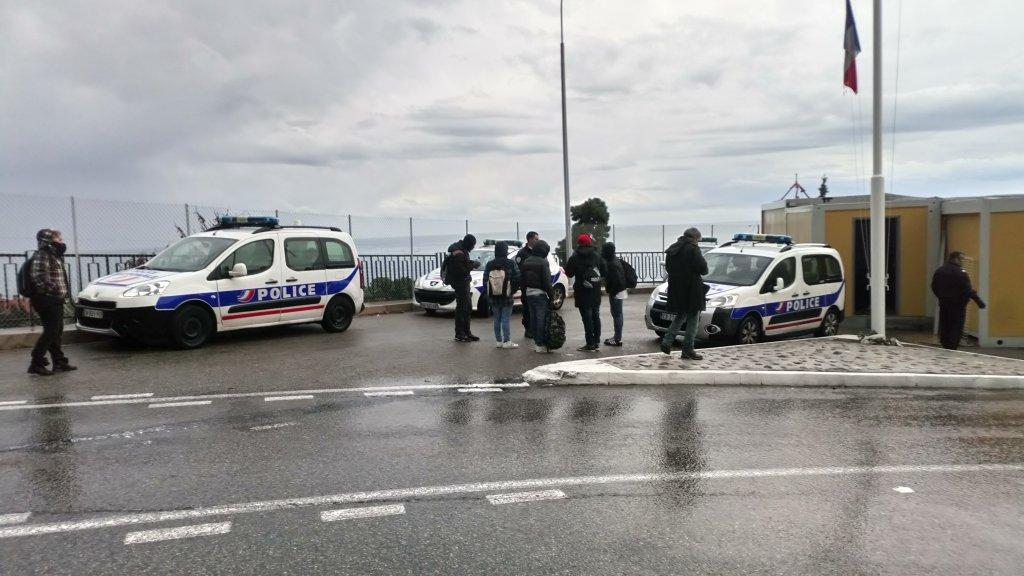 Des policiers et des migrants près de la frontière italienne. Crédit : Michèle Rivasi (Archive)