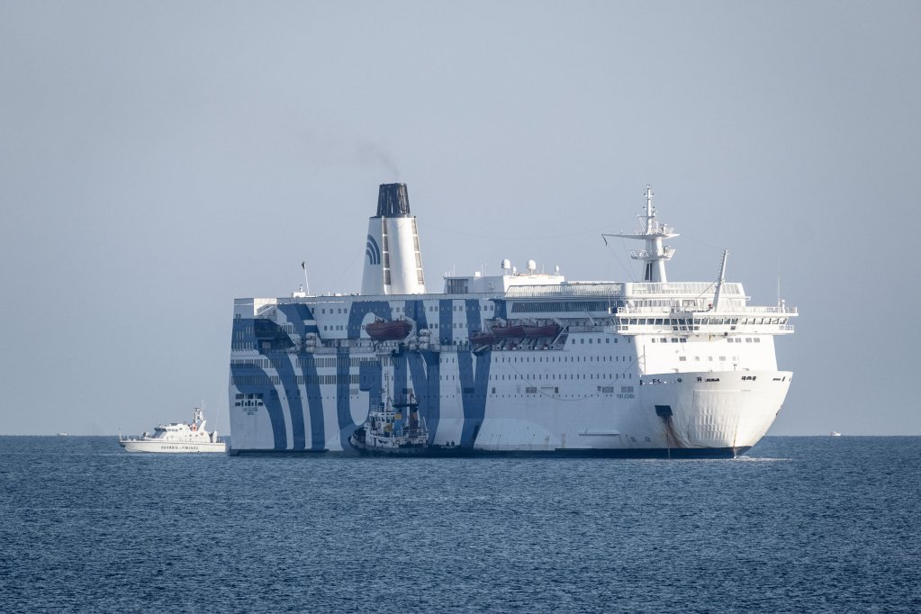 L'un des ferries de quarantaine au large du port d'Augusta en Sicile | Photo : Elisabetta Baracchi / ANSA