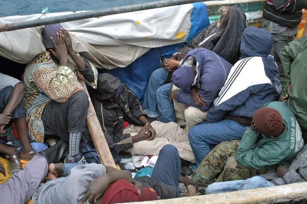 BOJA SUAREZ / AFP |Groupe de migrants venus des pays sub-sahariens arrivant sur l'île de Gran Canaria, en novembre 2005 (Photo d'illustration).