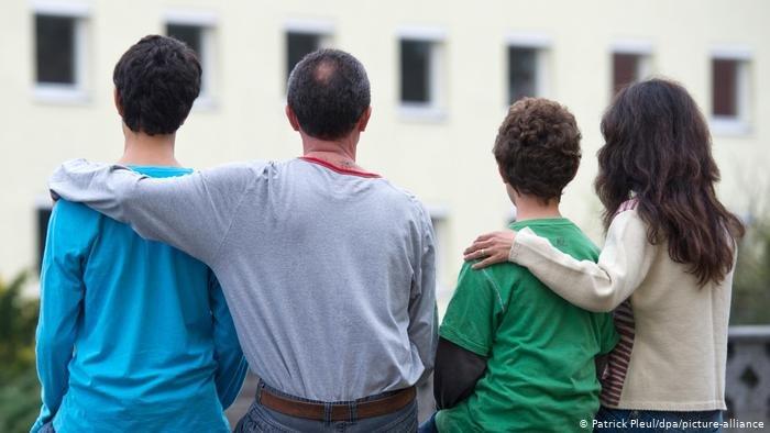 Patrick Pleul/dpa/picture-alliance |صورة رمزية لعائلة في دار إقامة للاجئين بولاية براندنبورغ الألمانية