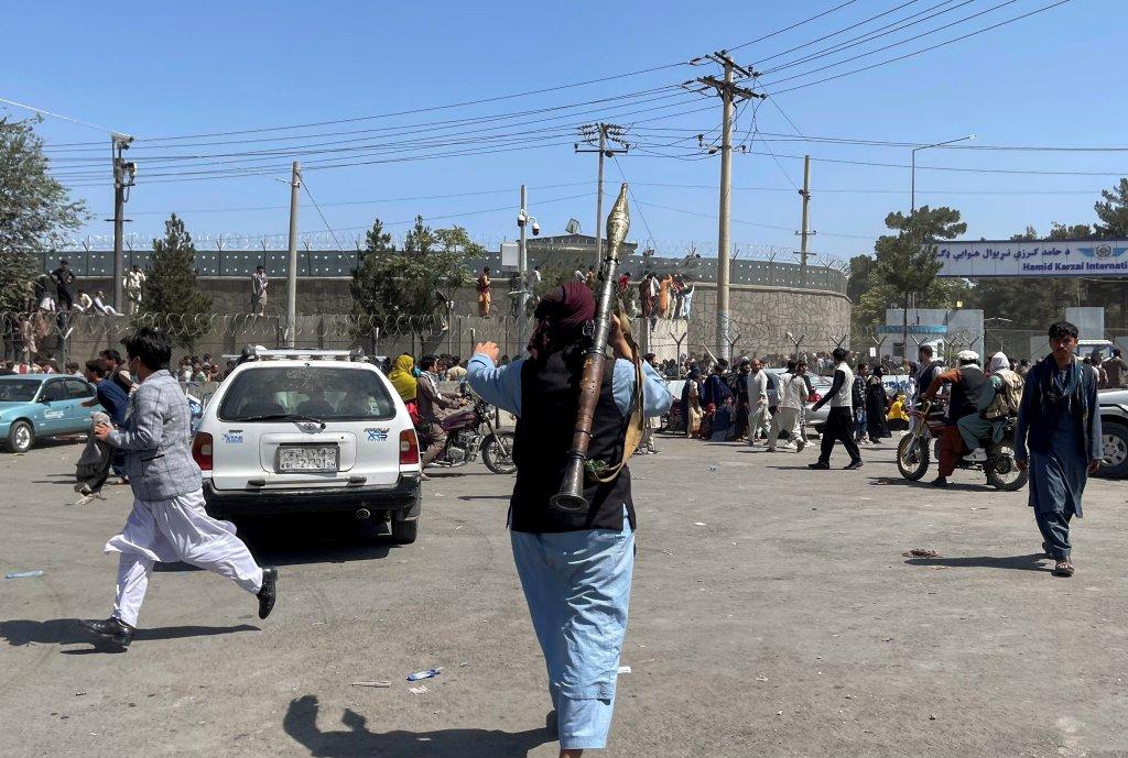 افراد طالبان در نزدیکی فرودگاه کابل، ۱۶ اگست ۲۰۲۱. عکس از رویترز