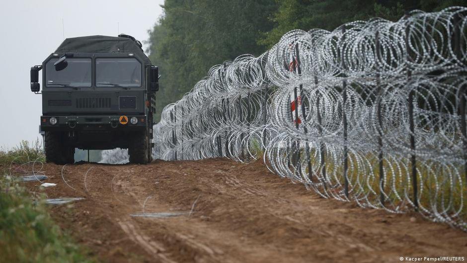 Poland has been fortifying its border to Belarus, as Minsk stands accused of intentionally steering irregular migrants towards its neighbors' territory | Photo: REUTERS