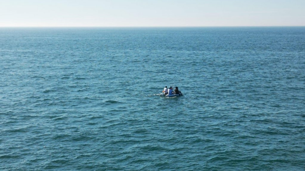 عکس آرشیف: مهاجران سوار بر یک قایق کوچک. عکس از صفحه پرفکتور کانال مانش و دریای شمال فرانسه