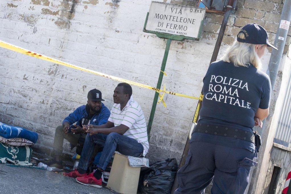 ANSA /الشرطة المحلية تطرد 30 لاجئا سودانيا، أقاموا مخيما منذ ثلاثة أشهر في سان باسيليو، في ضواحي العاصمة روما.