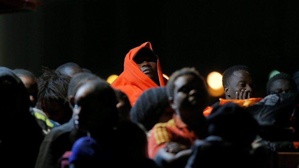 Des migrants arrivant à Malaga en Espagne, par la mer, le 8 octobre 2018. Crédit photo : Reuters/Jon Nazca