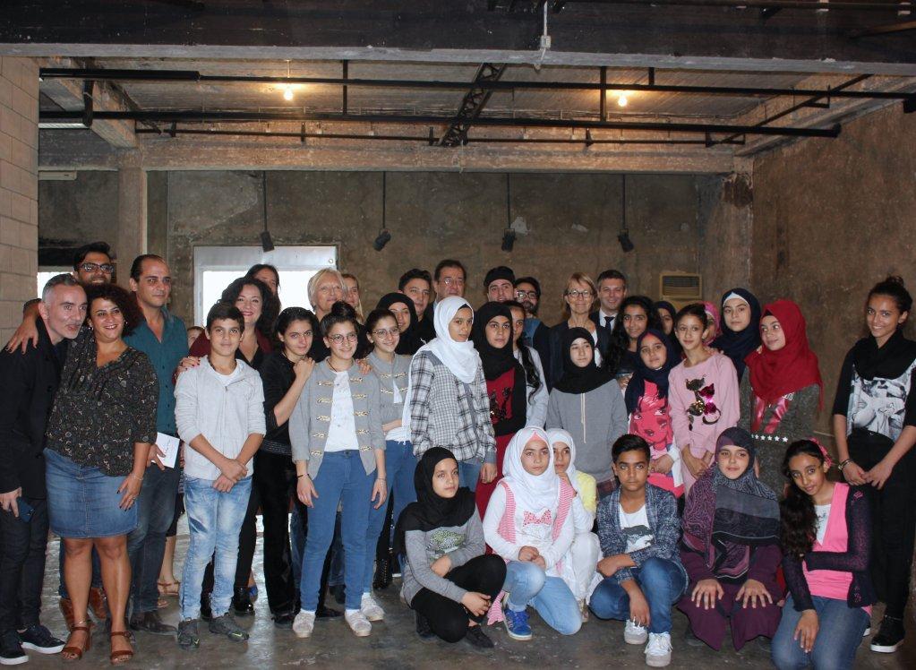 """وزيرة الثقافة الفرنسية فرانسواز نيسين أثناء زيارتها لمركز """"زقاق"""" في بيروت. الصورة: عمر أبي عازار"""