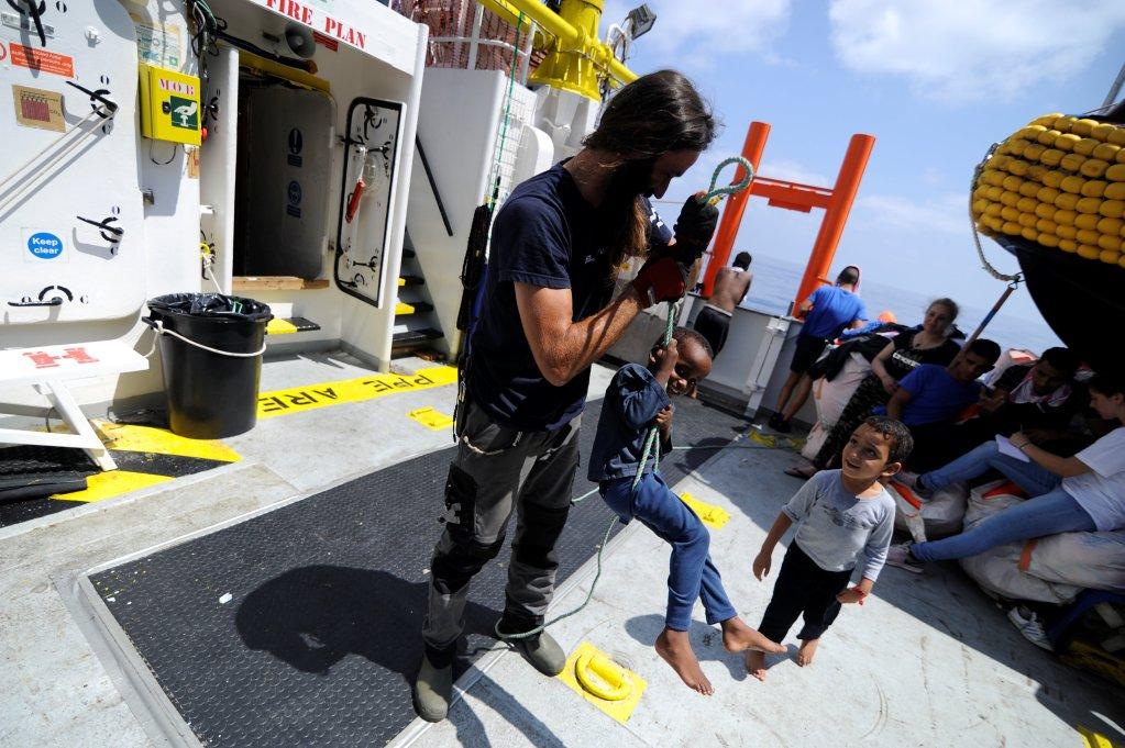 از مجموع ١۴١ مهاجر نجات داده شده توسط اکواریوس تعدادی  کودکان و زنان هستند،   ١٣ اگست ٢٠١٨. عکس از خبرگزاری رویترز