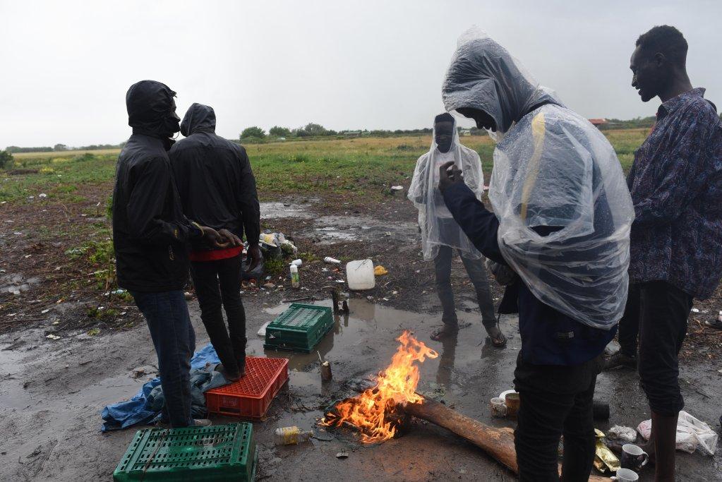 Dans un campement de Coquelles, près de Calais, des migrants soudanais n'ont plus aucune tente pour se protéger de la pluie. Crédit : Mehdi Chebil pour InfoMigrants.