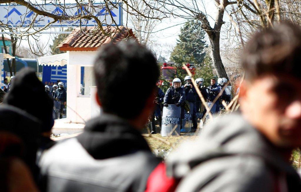 REUTERS/Osman Sadi Temizel |Des migrants face aux forces anti-émeutes à la frontière turco-grecque, près de Kastanies, le 1er mars 2020.