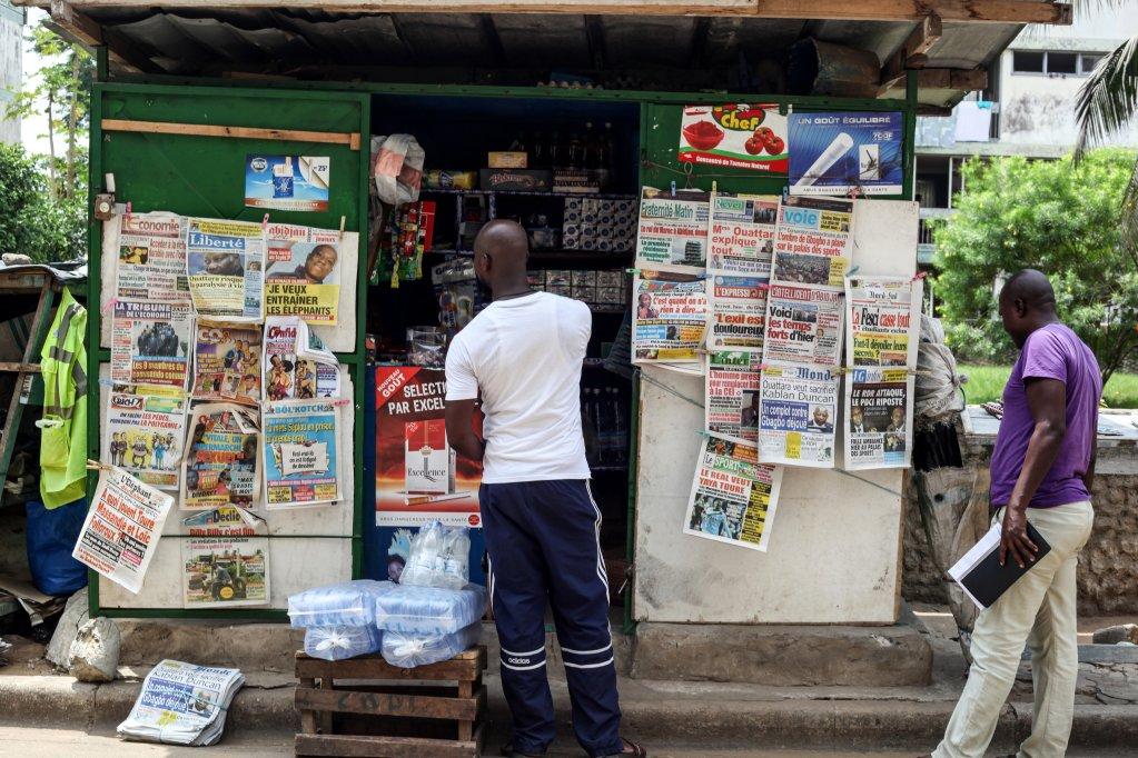 © RFI/Matthieu Millecamps |Un kiosque à journaux dans le quartier de Cocody, à Abidjan. (Photo d'illustration).