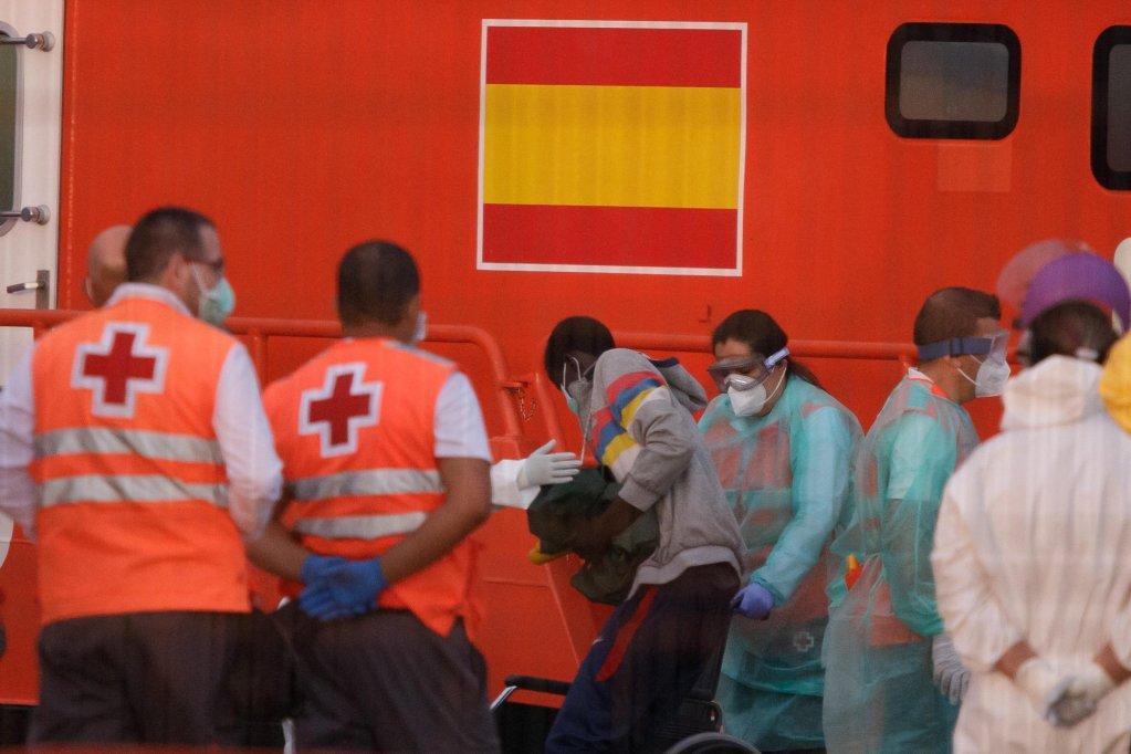 ANSA / مهاجرون من جنوب الصحراء وصلوا على متن سفينة إنقاذ إسبانية لميناء لوس كريستيانوس الإسباني في 30 أيار/ مايو 2020. المصدر: إي بي إيه / رامون دي لا روكا.