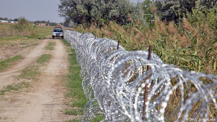 پولیس مجارستان در تلاش است که مانع ورود پناهجویان و مهاجرین به این کشور شود.