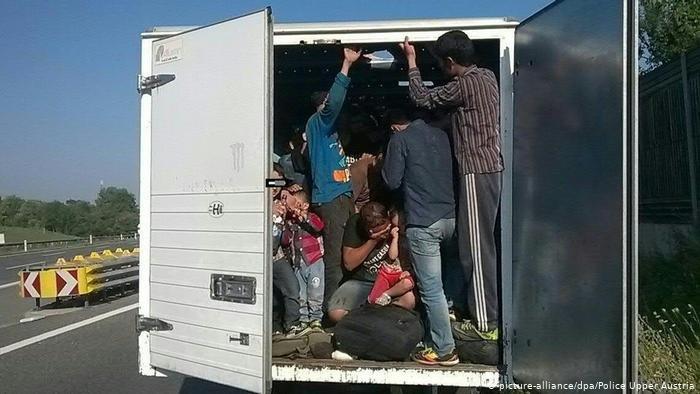 به گفته پولیس این مهاجران در مسیر راه وضعیت غیرانسانی و خطر حیاتی را تجربه می کنند (عکس آرشیف)