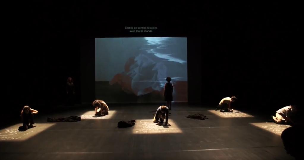 La pièce du Syrien Ramzi Choukair raconte les conditions de détention dans les prisons pour femmes de Syrie. Capture d'écran YouTube