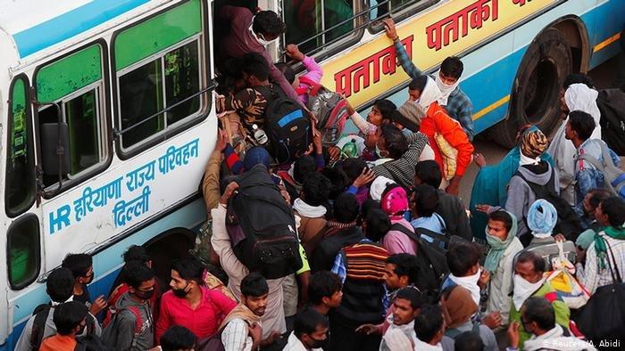 عکس از آرشیف دویچه وله/ شماری از شهروندان هندوستان تلاش میکنند که به یک وسیله نقلیه سوار شوند.