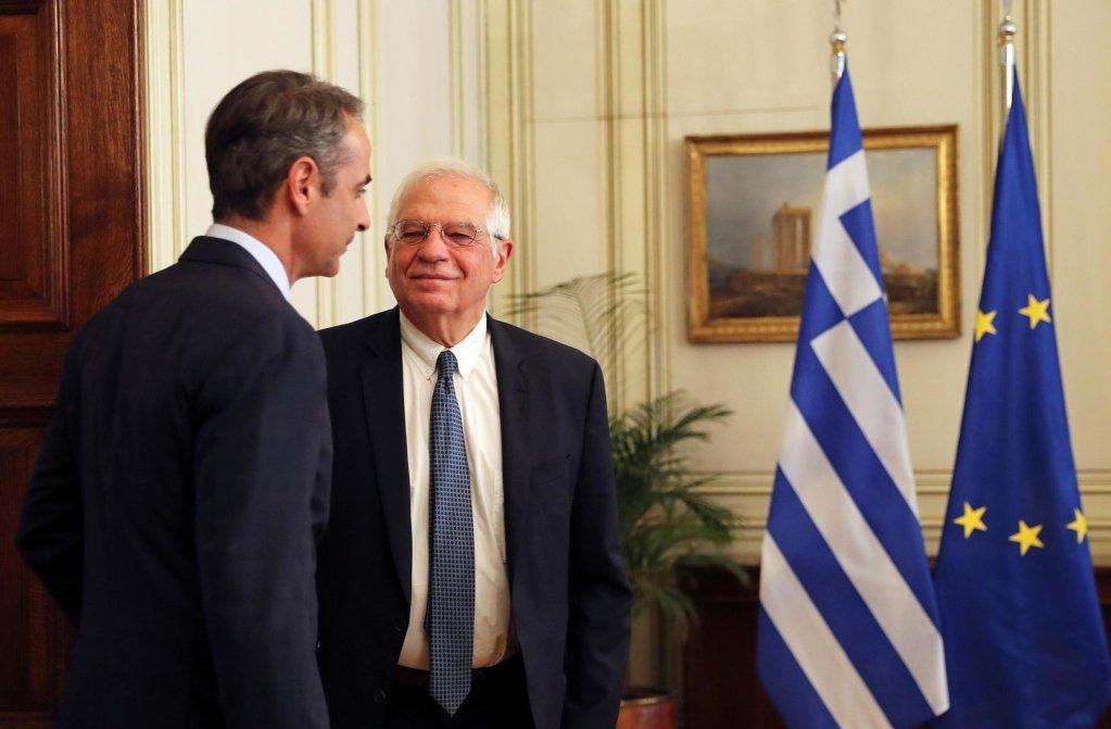 رئيس الوزراء اليوناني كيرياكوس ميتسوتاكيس  مع وزير خارجية الاتحاد الأوروبي جوزيب بوريل في أثينا في 24 يونيو 2020.